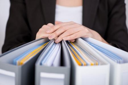 Buik van onderneemster met bindmiddelen op kantoor