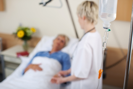 女性看護師の病院で患者を話しています。 写真素材