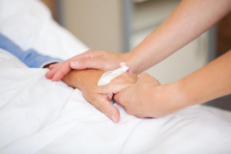 sick person: Primer plano de m�dico sosteniendo los pacientes a mano en el hospital Foto de archivo