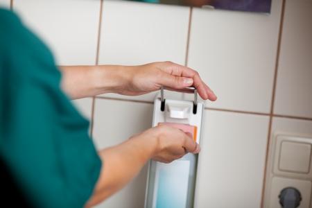 desinfectante: Imagen cosechada de la mujer cirujano con lavamanos en el hospital Foto de archivo