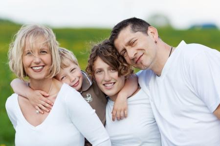 familia unida: retrato de una familia en la naturaleza que se abrazan