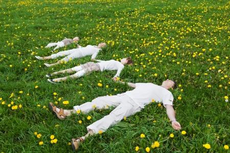 familia unida: familia yacer tendido en la hierba verde en verano Foto de archivo