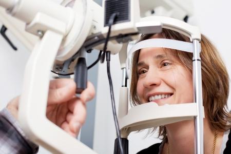 vision test: Mujer examen m�dico Foto de archivo