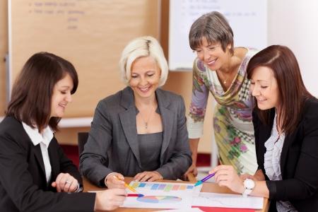 4 人の女性の会議で一緒に作業