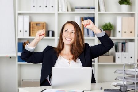 personas celebrando: una mujer bonita expresarse con las manos en el aire despu�s de haber logrado algo.
