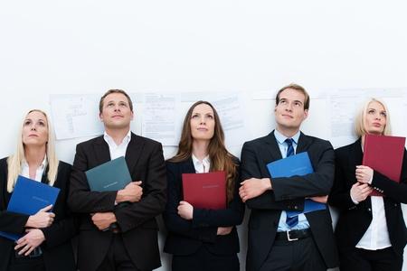 空いている企業の仕事の面接に呼び出されるを待っている多様なプロ志願者の行