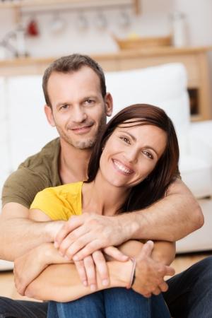 mujer de espaldas: Retrato de una pareja de adultos amorosa feliz con el hombre abrazando a la mujer por detr�s Foto de archivo