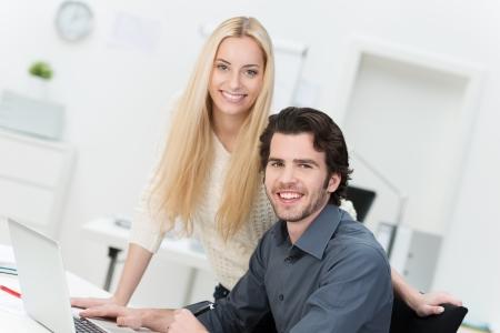 administrador de empresas: Retrato de felices compañeros de trabajo masculinos y femeninos en la oficina