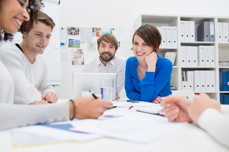 Gruppe von Mitarbeitern mit einer Brainstorming-Sitzung an einem Tisch zusammen Standard-Bild - 25641173