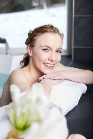 personas banandose: Retrato de la hermosa mujer de relax en el jacuzzi en el spa