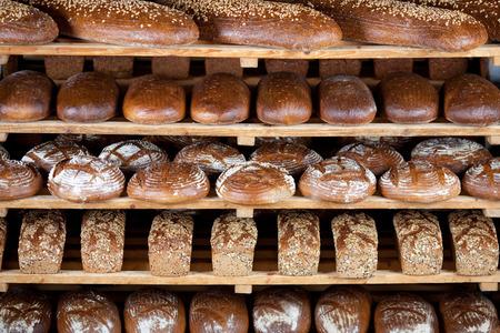 さまざまな美味しいパン ベーカリーの棚に表示されます。
