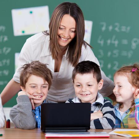 salle de classe: Portrait d'�l�ves et enseignants regardant tablette num�rique dans la salle de classe