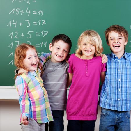Portrait des lachenden Schulkinder vor Tafel Standard-Bild - 31625712