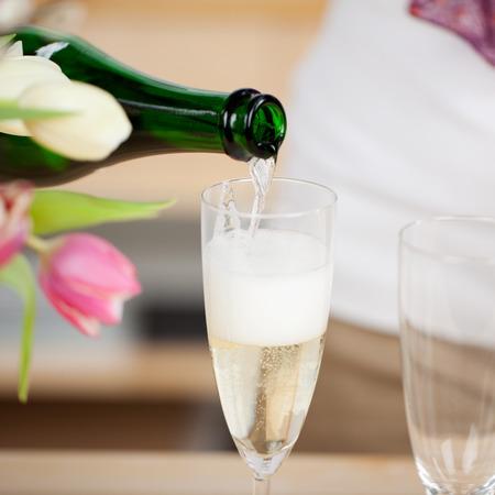 sektglas: Brütete Champagner aus der Flasche in eine Flöte