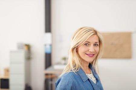rubia: Close up Rubia Atractiva Empresaria Dentro de la Oficina, sonriendo a la cámara.