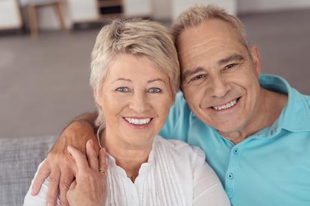 Close-up Portret van een zoete Vrolijke Midden Oude Man en vrouw bij de Camera glimlacht Stockfoto