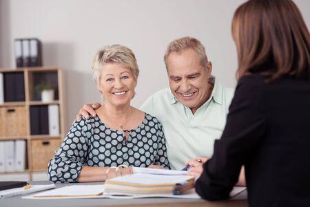 planificacion: Dulce Reunión Pareja feliz madurado con su Agente Financiero Mujer para sus nuevas inversiones en la Oficina. Foto de archivo