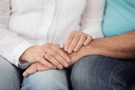 emphasising: Close up Mani di romantica coppia sposata in cima alla loro giri, sottolineando il concetto di amore.