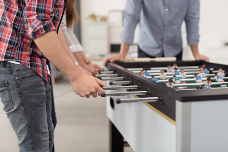 ouvrier: Les employ�s de bureau jouer � un jeu Coupe du Monde de soccer int�rieur pendant leur temps Pause pour soulager le stress.