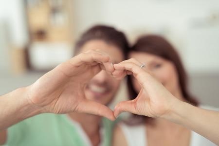 human heart: Feliz joven pareja dulce Formando en forma de corazón usando sus manos desnudas en Cierre Foto de archivo