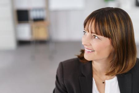 mujer sola: Close up pensativo empresaria mirando a la distancia con feliz expresión facial. Foto de archivo