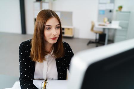 mujeres trabajando: mujer creativa trabajando en equipo en la oficina