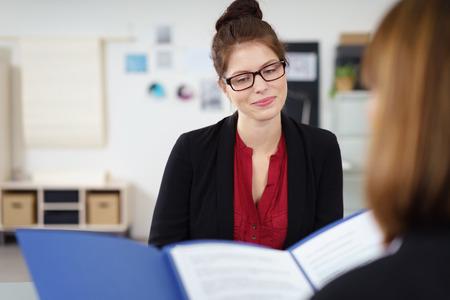 jonge vrouwelijke afgestudeerde in een sollicitatiegesprek