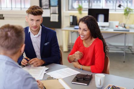 agente comercial: hombres de negocios sentado en el escritorio en un proyecto de oficina discutiendo moderna Foto de archivo