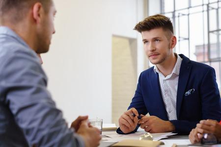 entrevista de trabajo: dos hombres que buscan el uno al otro en una reuni�n de negocios Foto de archivo