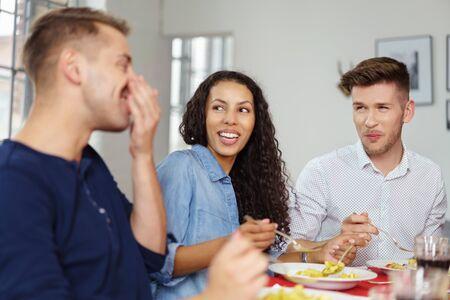 eten: Groep Jonge Vrienden die van de gesprekken, terwijl met een gezamenlijk diner. Stockfoto