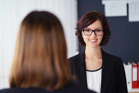 amigas conversando: Empresaria dos en una reunión