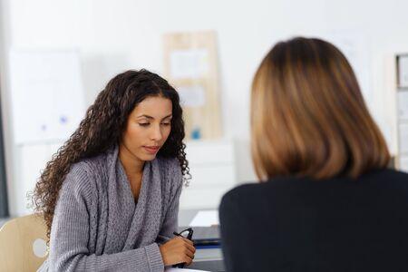 zwei weibliche Business-Kollegen in einer Sitzung im Büro Standard-Bild
