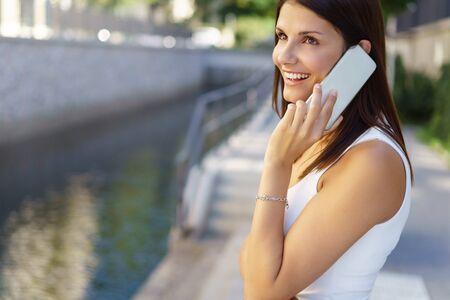그녀가 대화에 수신 같은 미소 찾고 운하 또는 강 옆의 약자로 그녀의 휴대 야외에 채팅 행복 한 젊은 여자 로열티 무료 사진, 그림, 이미지 그리고 스톡포토그래피. Image 75809413. - 웹
