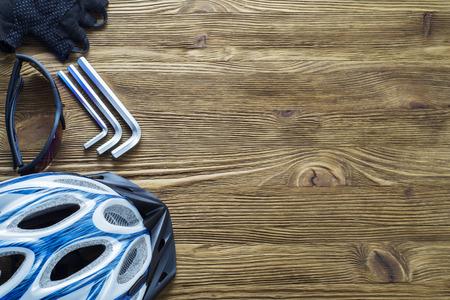 Artikel Ersatz und Werkzeuge für ein sicheres Radfahren: Helm, Handschuhe, Brille, Schraubenschlüssel, flach legen. Werkzeuge und Zubehör für Radfahren mit Kopie Raum, Draufsicht. Standard-Bild - 69025114
