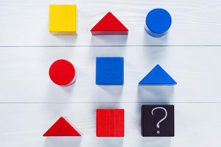 Intelligenztest. Wählen Sie die richtige Antwort. Logische Aufgaben aus geometrischen Holzformen. Kinder pädagogische logische Aufgabe, flach liegen. Standard-Bild - 69025176