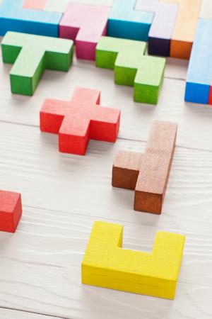 창의적이고 논리적 인 사고의 개념. 나무 배경에 다른 다채로운 나무 블록입니다. 다양 한 색상의 도형입니다. 추상적 인 배경입니다.