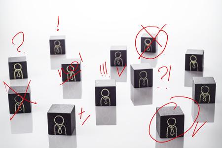Selectie- en analysekandidaat op werk, handgeschreven notities in rood potlood. Keuze hervatten, zakelijke werving. HR-manager controleert werknemers bij het plannen om ze te selecteren voor een werkgroep. Stockfoto