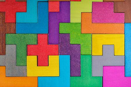 Abstrakter Hintergrund. Hintergrund mit verschiedenen bunten Formen Holzklötze. Geometrische Formen in verschiedenen Farben. Konzept des kreativen, logischen Denkens oder des Lösens von Problemen.