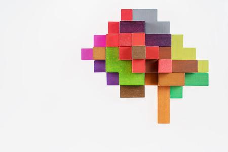 Das menschliche Gehirn besteht aus mehrfarbigen Holzklötzen.