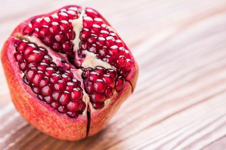 Großer roter Granatapfel auf dem hölzernen Brett. Reife granet Frucht.