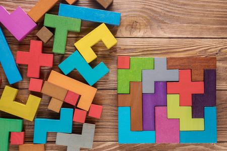 Tâches logiques composées de formes en bois colorées. Énigme visuelle. Concept de pensée créative, logique ou de résolution de problèmes. Concept d'entreprise, solution rationnelle. Banque d'images