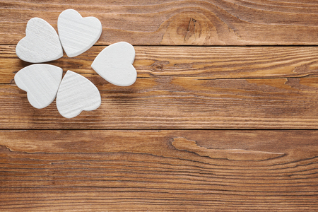 Abstrakte weiße Blume auf hölzernem Hintergrund. Ein Blumenkopf auf braunem hölzernem Tabellenhintergrund.