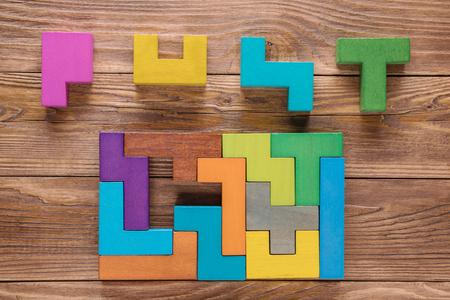 Intelligenztest. Wählen Sie die richtige Antwort. Logische Aufgaben, die aus bunten hölzernen Formen, Draufsicht bestehen. Logische Aufgabe der Kinder, flache Lage. Visuelle Rätsel, finden Sie das fehlende Stück des vorgeschlagenen ..