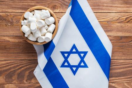 Izrael flagi narodowe i pianki na podłoże drewniane, widok z góry, leżał płasko.