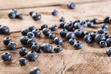 Fresh blueberries on wooden table. Ripe wild blueberries. Standard-Bild - 106385458