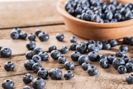 Fresh blueberries on wooden table. Ripe wild blueberries. Standard-Bild - 106385635