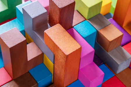 Geometrische Formen auf einem hölzernen Hintergrund, Nahaufnahme. Das Konzept des logischen Denkens