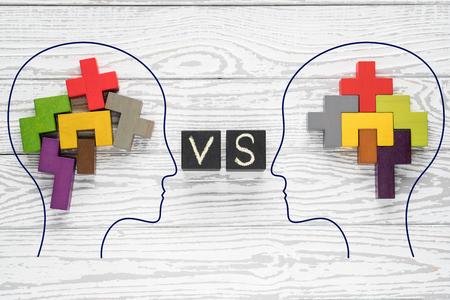 Concept de cerveau humain. Têtes de deux personnes avec des formes colorées de cerveau abstrait pour le concept d'idée et de travail d'équipe. Deux personnes avec une pensée différente.