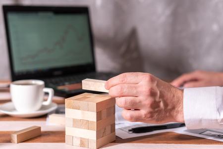 Homme d'affaires avec énigme à table au bureau. Le concept de concentration, la pensée logique. Banque d'images