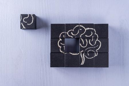 El concepto de cerebro humano. Educación, ciencia y concepto médico. Cerebro dibujado con tiza en cubos negros.